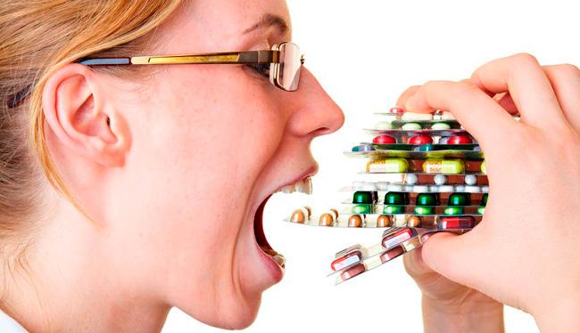 ест таблетки